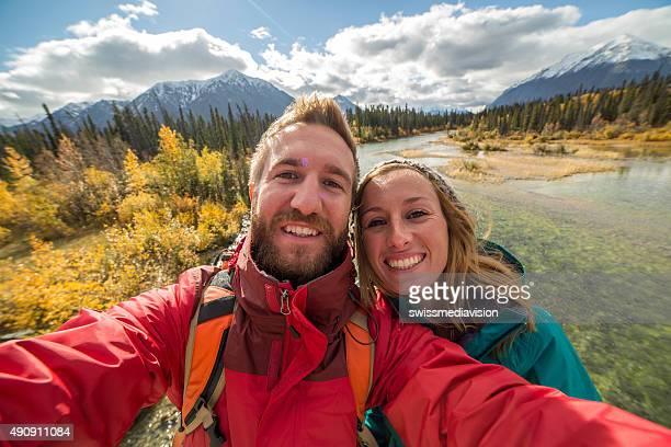 Fröhliche paar nehmen selfie-Porträt mit auf den Fluss
