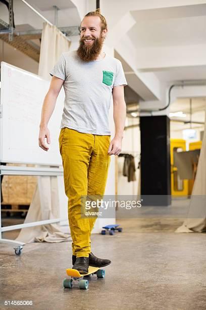 Fröhlich designer-Skaten durch seinem Büro