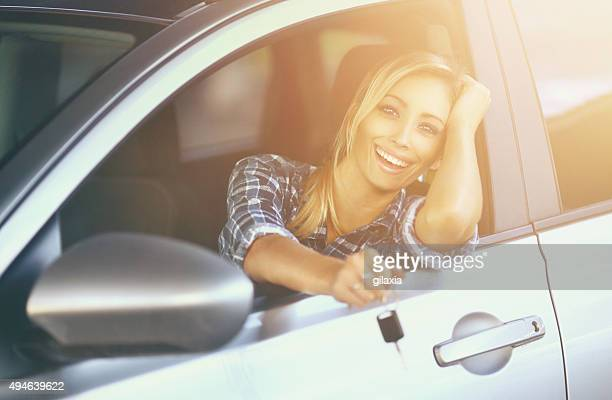 Fröhlich Fahrer mit neuen Auto.