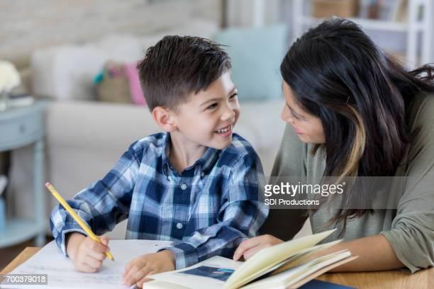 Joyeux âge élémentaire étudiant travaille sur la cession de la maison