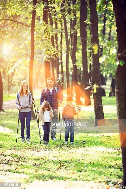 Fröhliche Familie Wandern im Wald.