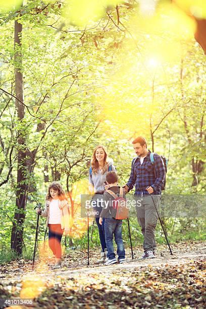 Joyeuse famille marche dans la forêt.