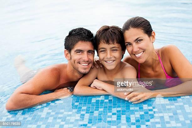 Joyeuse famille à la piscine