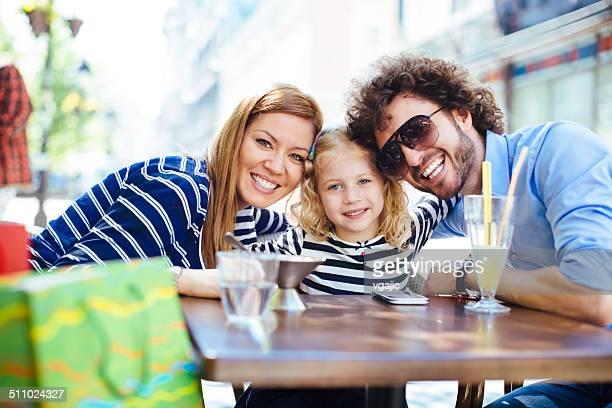 Fröhliche Familie sitzen In einem Restaurant im Freien und die Selfie.