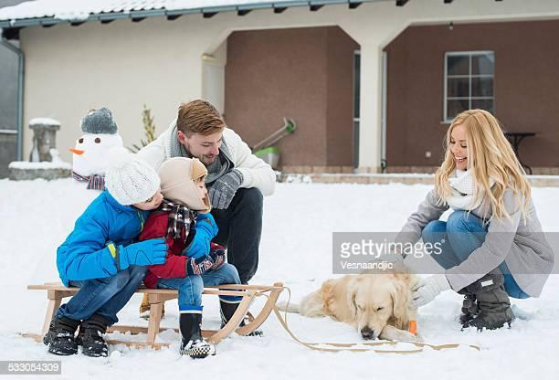 Joyeuse famille avec Chien sur la neige