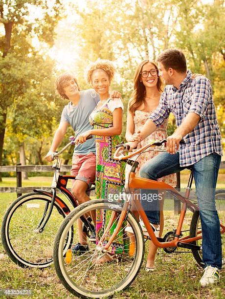 Joyeux amis dans un parc avec des vélos.
