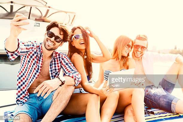 ヨットの上で Selfie の陽気な友人。