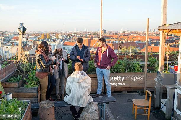 Junge Erwachsene entspannen Sie sich auf der Dachterrasse in Berlin