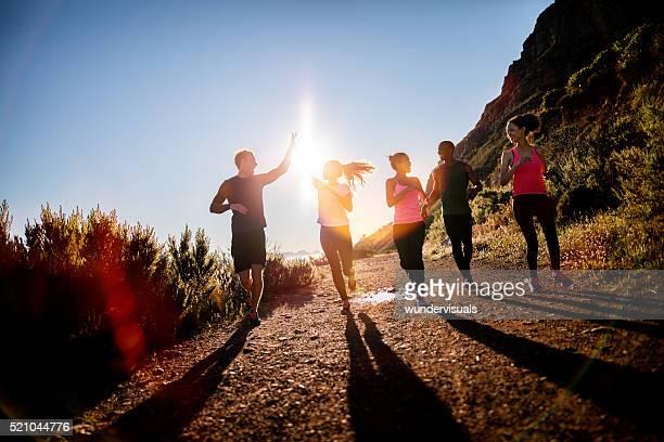 Joyeux amis courir en plein air