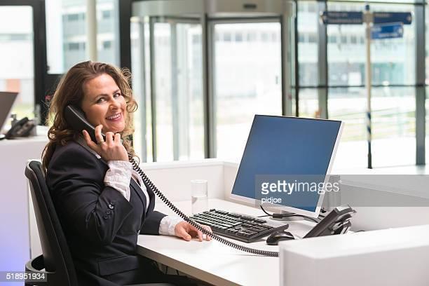 Entusiástico frente secretária senhora dando o seu trabalho com paixão