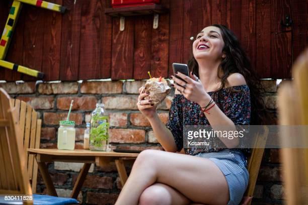 Jeune fille joyeuse, déjeunant