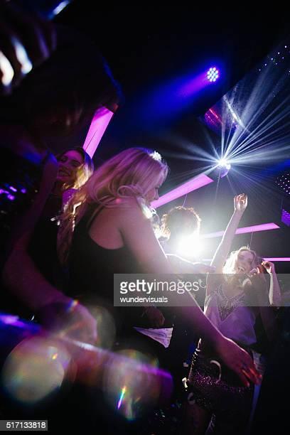 Joyeux filles danser dans un Club de nuit