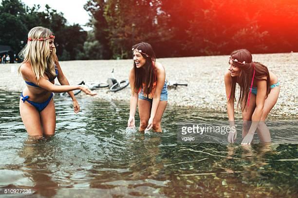 Fröhliche Mädchen am Strand Spaß haben.