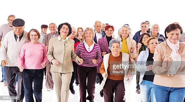 Fröhliche Gruppe von Senioren zu laufen und gemeinsam Spaß haben.
