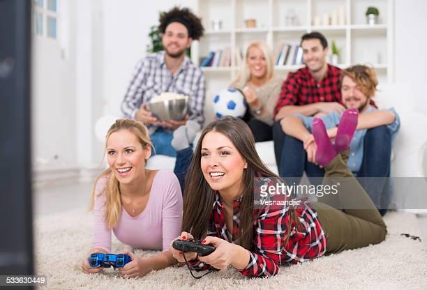 Joyeux groupe de jeunes amis jouer à des jeux vidéo