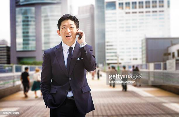 陽気な日本の実業家で、電話も東京新宿