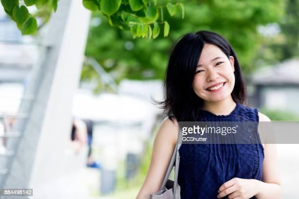 カメラを見て陽気な日本人の女の子