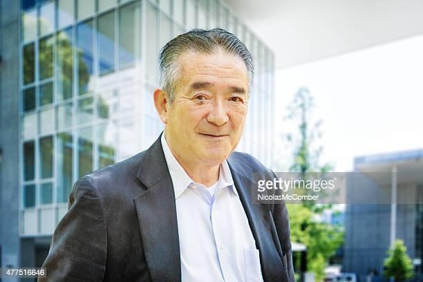 陽気な日本の老人男性が、東京でモダンな都会風の雰囲気