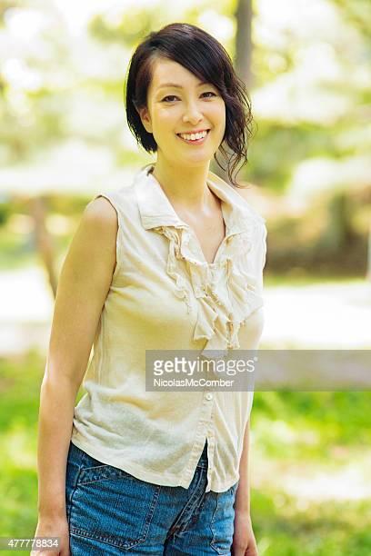 陽気な日本女性の代々木公園で晴れた日の上半身