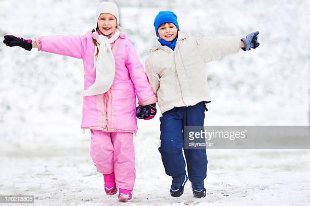 ALLEGRO bambini Divertirsi all'aperto durante l'inverno.
