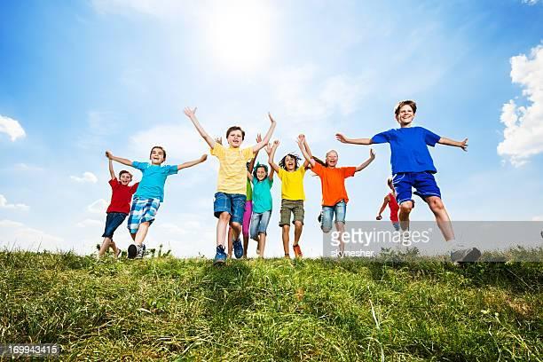 Joyeux enfants courir dans les champs.