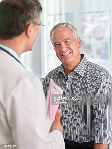 Fröhlich männlichen Patienten und Arzt im Krankenhaus