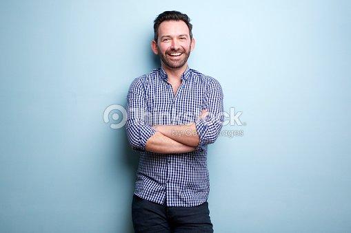 무기와 파란색 벽 포즈 수염과 쾌활 한 사람 건너 : 스톡 사진