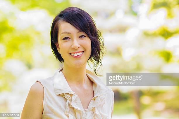 朗らかマチュア笑顔の女性の肖像画の代々木公園