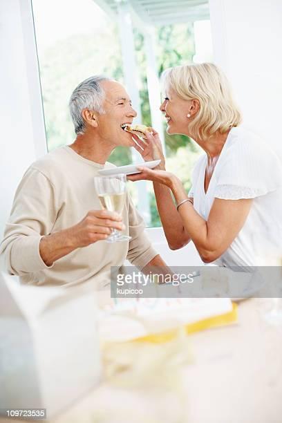 Allegro donna matura nutrizione uomo anziano, una fetta di torta