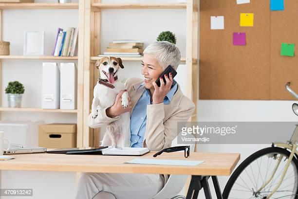 Fröhlich Reife Frau mit Ihrem Haustier zu Büro