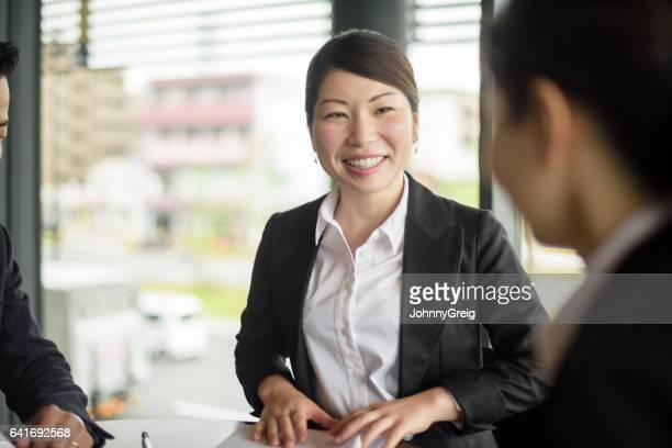 朗らかミッドアダルト日本女性実業家笑顔