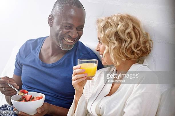 Allegro medio invecchiato coppia avendo sana colazione a letto