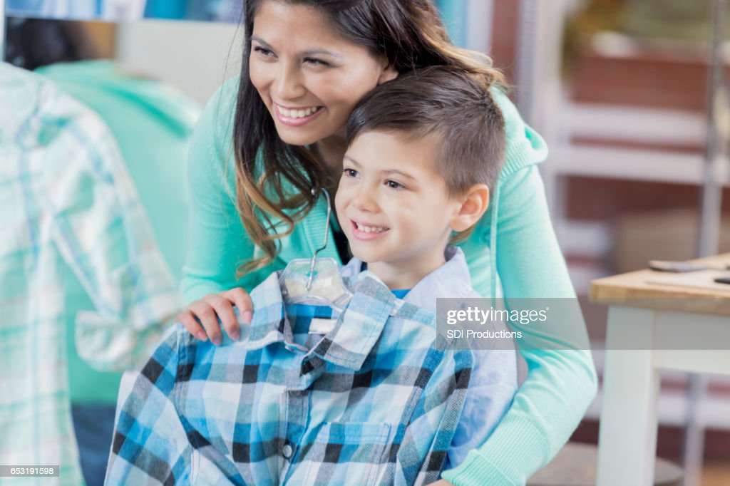Cheerful mom shops with young son : Stockfoto