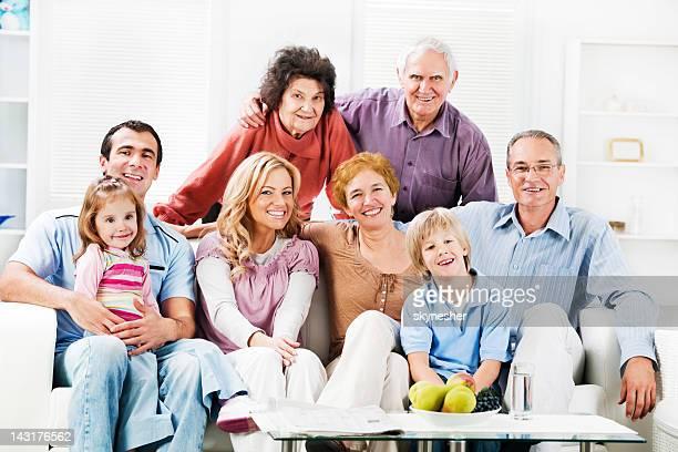 Alegre Mufti familia disfrutando en su hogar lejos del hogar