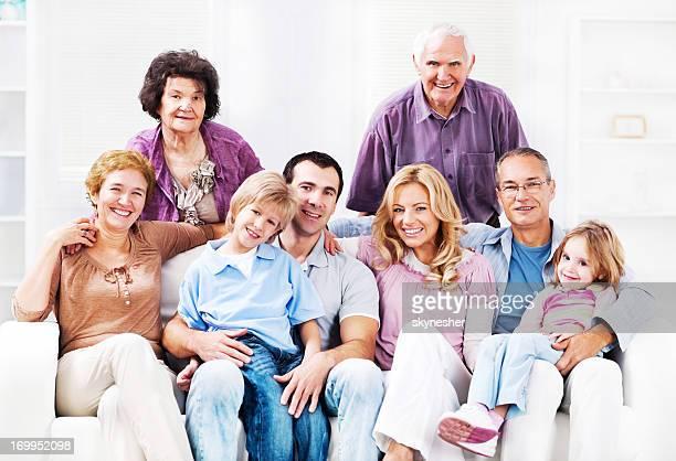 Alegre Mufti familia disfruta en su hogar lejos del hogar.