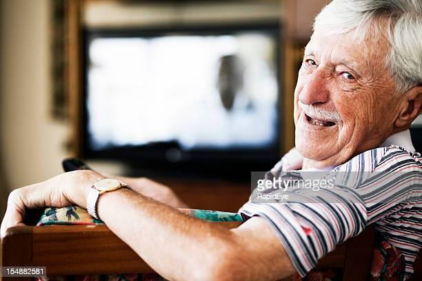 Fröhlich Alter Mann sieht Runde vom Fernsehen