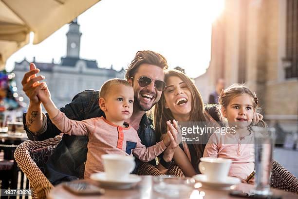 Fröhlich Eltern mit ihren kleinen Kindern im Café.