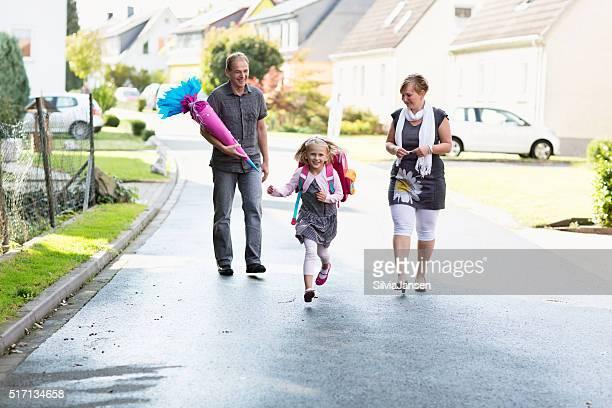 Fröhlich Eltern mit Schulkind-Nur Mädchen ersten Tag der Schule