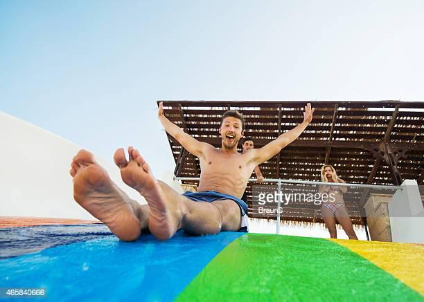 Fröhlich Personen Spaß im Wasserpark.