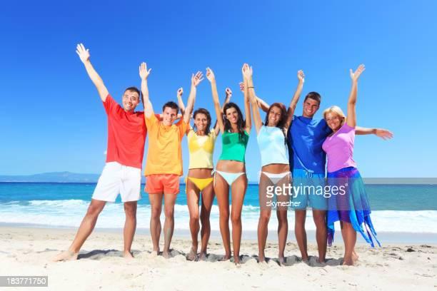 陽気な人々のカラーリングなしの Tシャツ、ビーチにます。