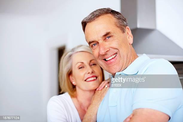 Joyeux retraités homme avec femme de passer du temps en famille