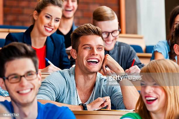Joyeux étudiants dans les cours