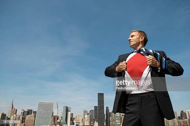 Gai Homme d'affaires de super-héros est prêt à enregistrer la ville