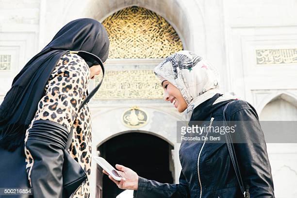 Fröhlich Tourist Frauen, die auf digitale Karte In Istanbul, Türkei