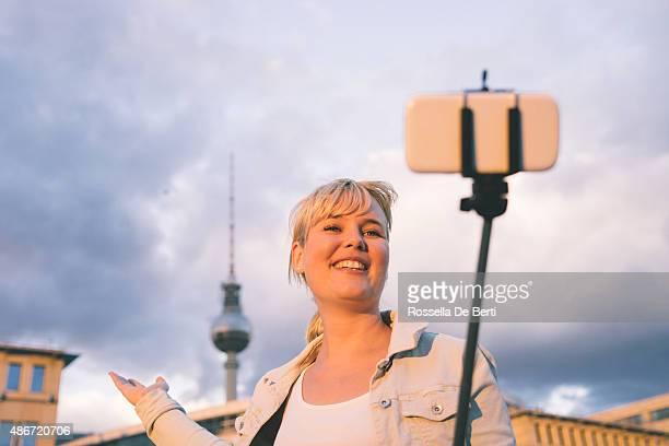 Fröhliche Frau nimmt Selfies In Berlin, Fernsehturm im Hintergrund
