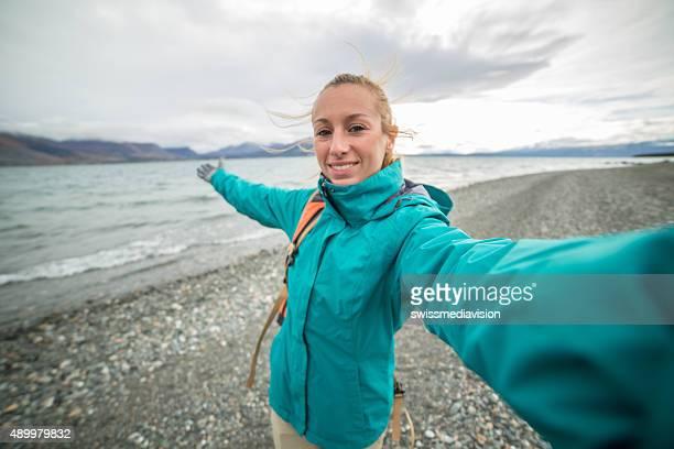 Fröhliche Frau Reisen in Kanada ist selfie-Porträt in der Nähe von lake