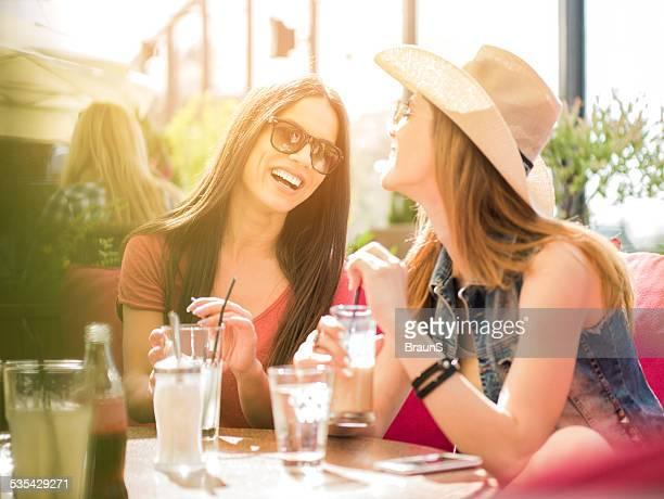 Fröhlich Frauen in einem Café.