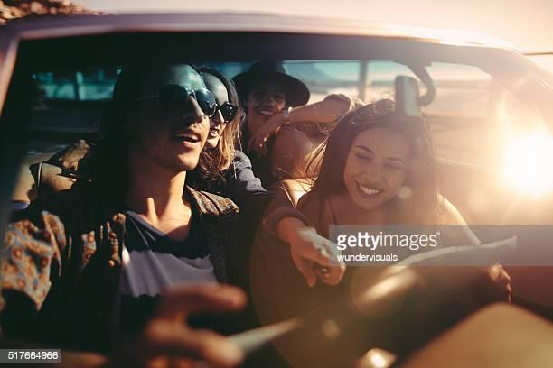 Joyeux jeunes amis adultes heureux pour leur prochaine aventure