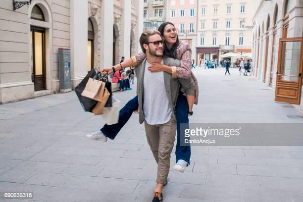 fröhliches junges Paar in den Warenkorb