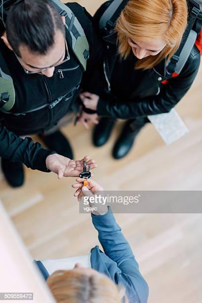 Gai jeune couple de les randonneurs location d'appartement